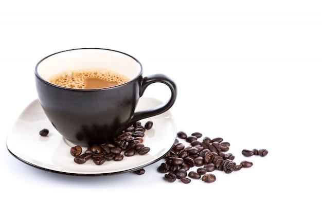 Taza de café y los frijoles en un fondo blanco Foto gratis