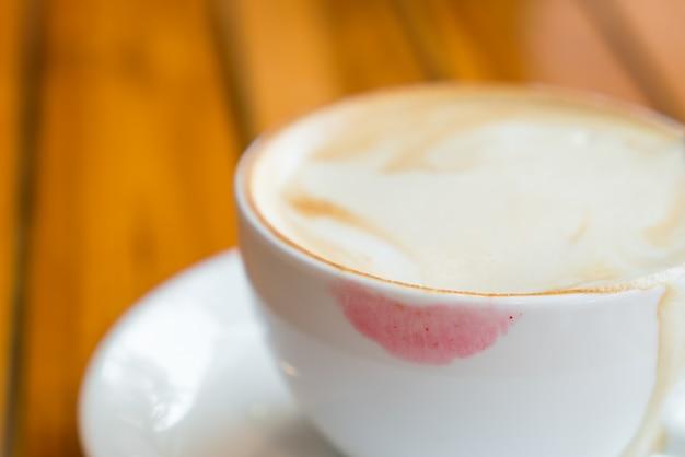 Taza de café con lápiz labial Foto gratis