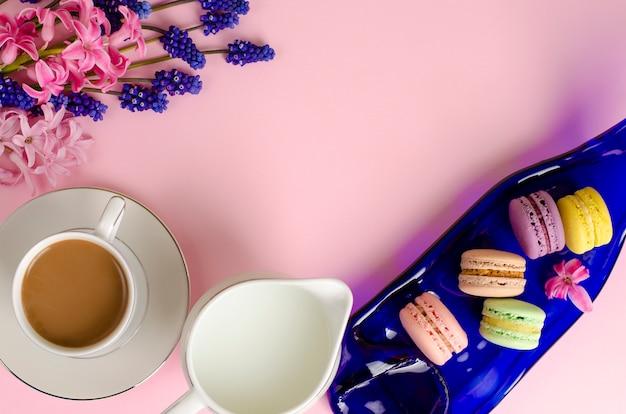 Taza de café con leche, macarons, tarro de leche en pastel pinkept. copia espacio Foto Premium