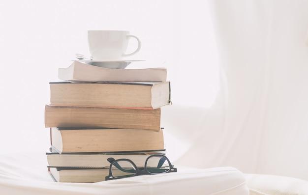 Taza de café con libro y gafas. Foto gratis