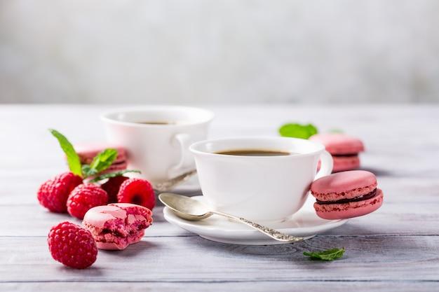Taza de café con macarrones de frambuesa francesa Foto Premium