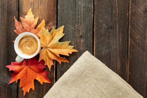 Taza de café en la mesa de madera con espacio de copia Foto gratis