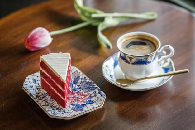 Taza de café un pastel en tailandia Foto Premium