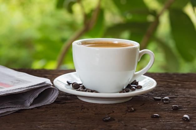 Una taza de cafe y un periodico Foto Premium