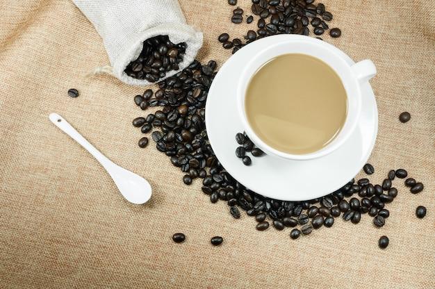 Taza de café recién hecho con granos de café Foto Premium