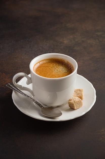 Taza de café recién hecho en la oscuridad. Foto Premium
