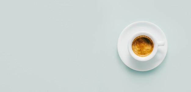 Taza de café recién hecho servido en taza Foto gratis