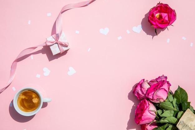 Taza de café con rosas por la mañana. Foto gratis