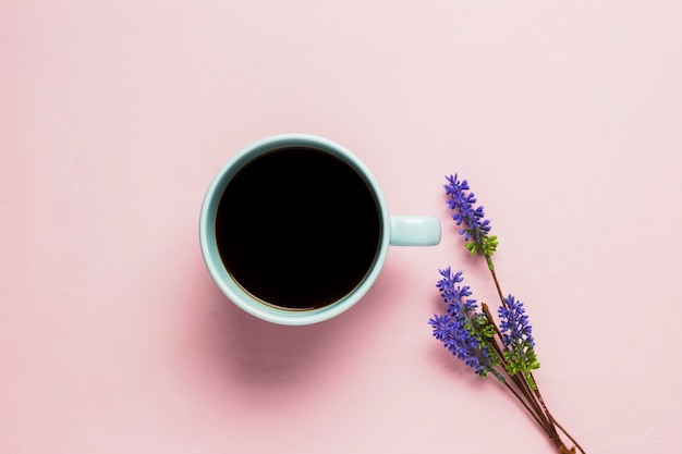 Taza de café sobre fondo rosa Foto gratis