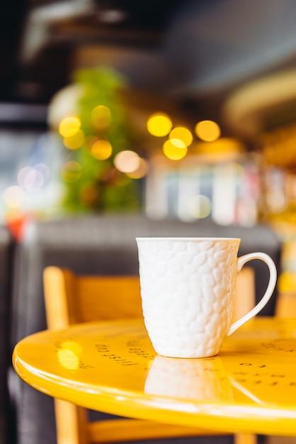 Taza de café sobre la mesa de un café Foto gratis
