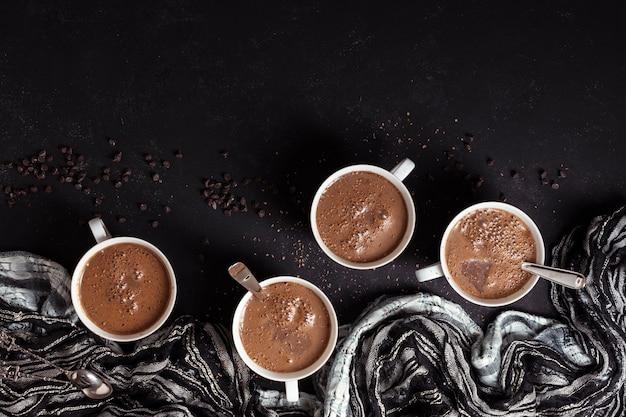 Taza de chocolate caliente con granos de café. Foto gratis