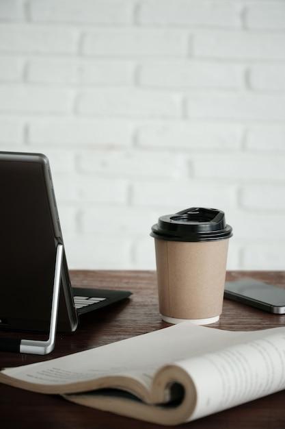 Taza de café caliente en la mesa de madera | Descargar Fotos premium