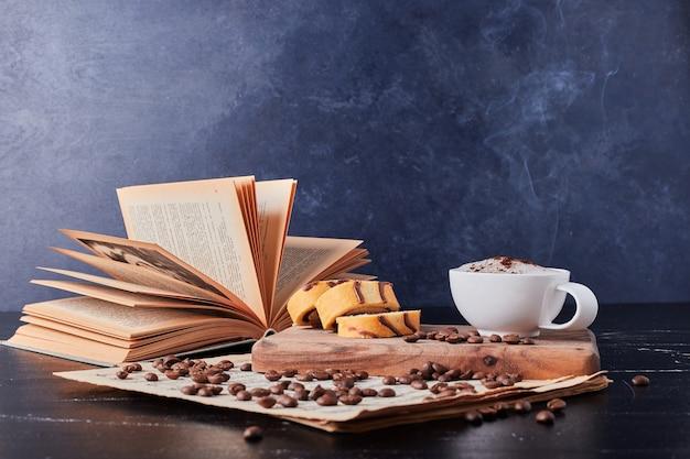 Taza de leche con café en polvo y rollcake. Foto gratis