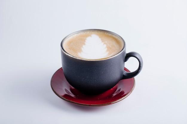Una taza negra de capuchino. Foto gratis