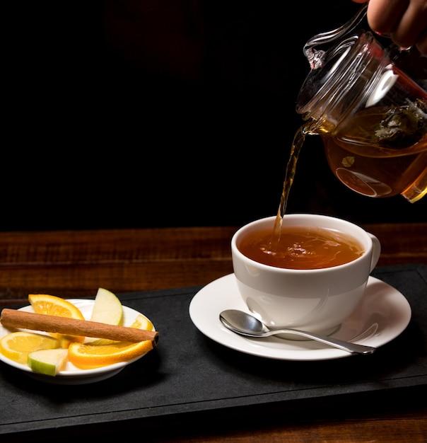 Taza de té aromático y tazón con limón Foto gratis
