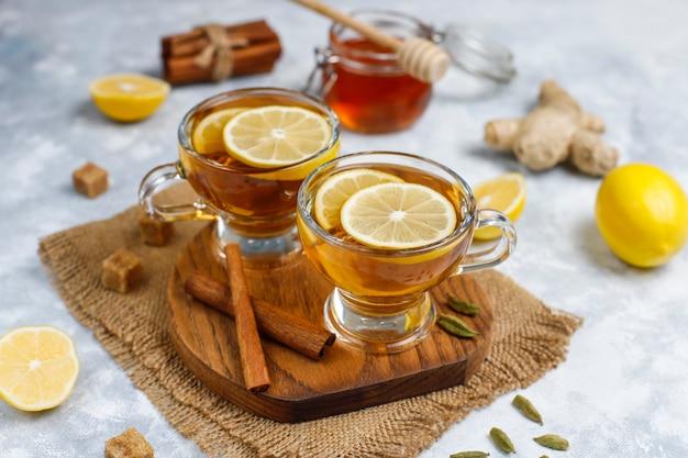 Una taza de té, azúcar morena, miel y limón sobre hormigón. vista superior, espacio de copia Foto gratis
