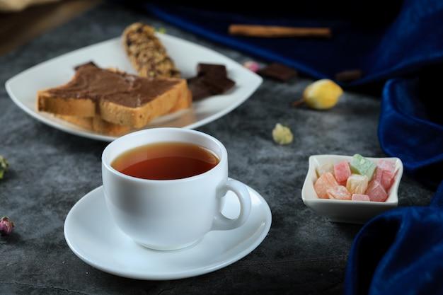 Una taza de té blanco con pan tostado de chocolate Foto gratis