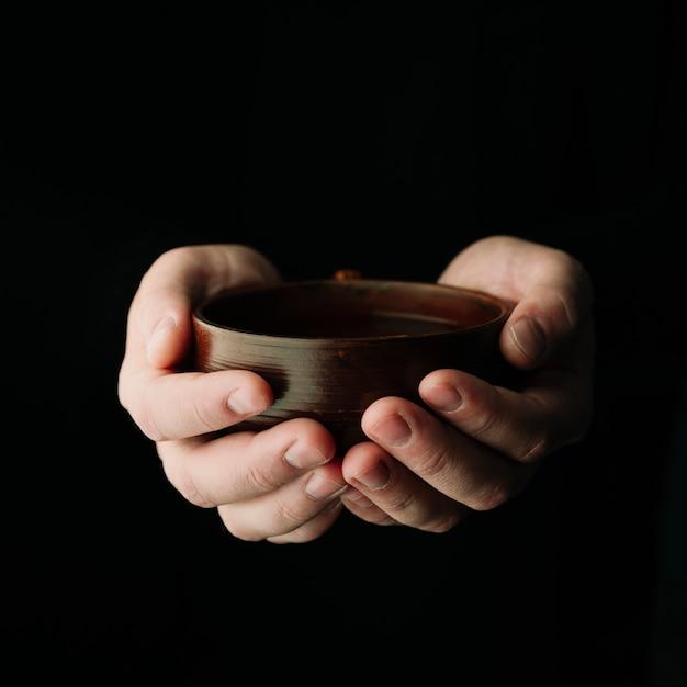 Taza de té caliente en manos Foto gratis