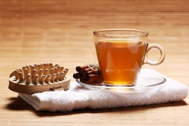 Taza de té caliente en la toalla Foto gratis