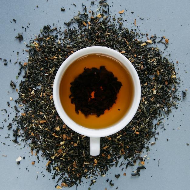 Taza de té de hierbas con hierba de té seca Foto gratis