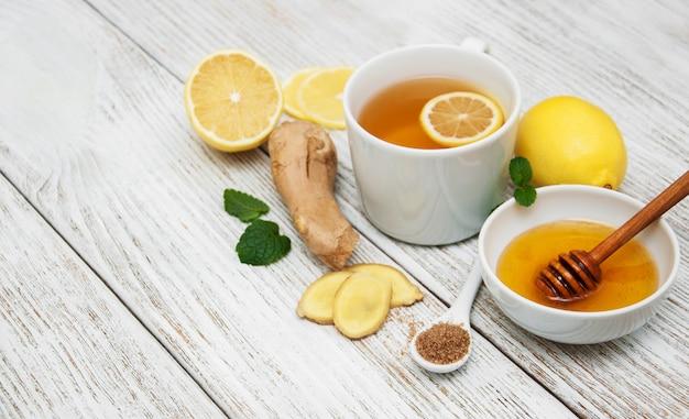 Taza de té con limón y jengibre Foto Premium