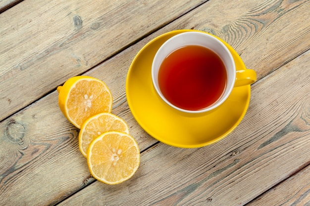 Taza de té con limón en la mesa Foto Premium