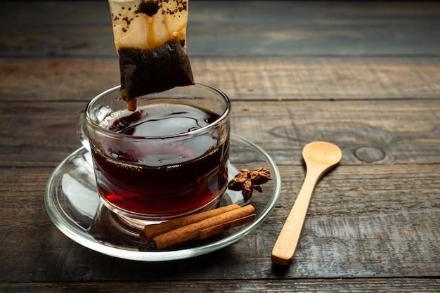 Taza de té de madera. Foto gratis