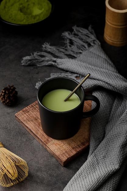 Taza de té matcha con textil y piña Foto gratis