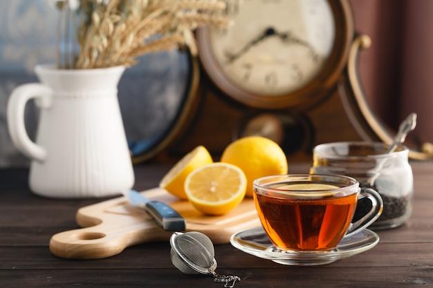 Taza de té con menta y limón. Foto Premium