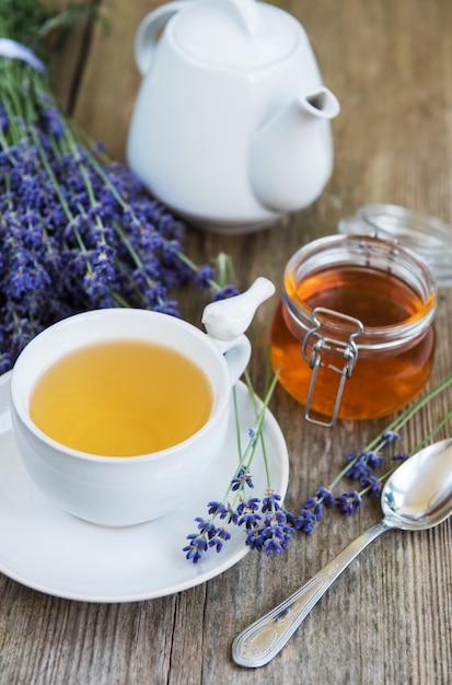 Taza de té y miel con flores de lavanda. Foto Premium