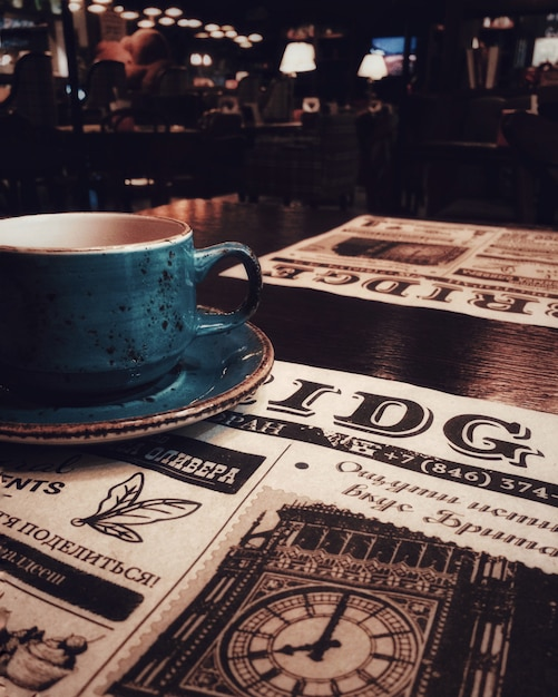 Una taza de té o café, un bar, un restaurante, un periódico. Foto Premium