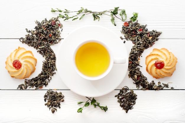 Una taza de té verde en pizarras blancas Foto Premium