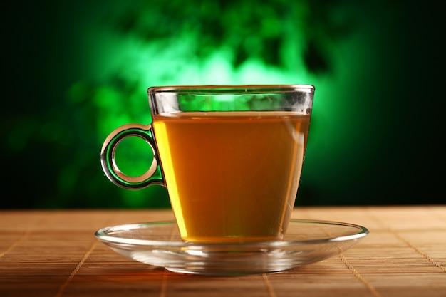 Taza de té verde sobre la mesa Foto gratis