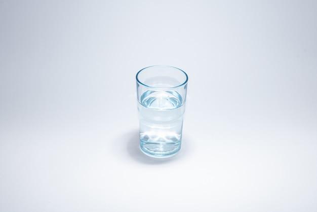 Taza de vidrio tradicional sobre superficie blanca Foto gratis