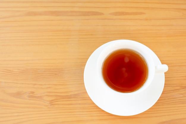 Taza de la vista superior de té en la tabla de madera. Foto Premium