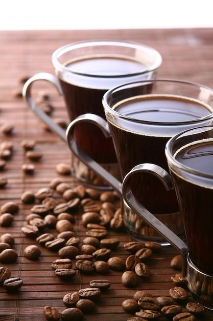 Tazas de café con granos de café. Foto gratis
