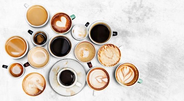 Tazas de café surtidas en un fondo texturizado Foto gratis