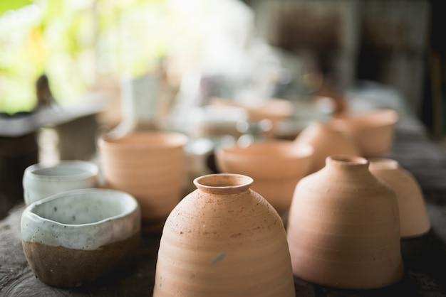 Tazas de cerámica rústicas hechas a mano de arcilla terracota marrón Foto Premium