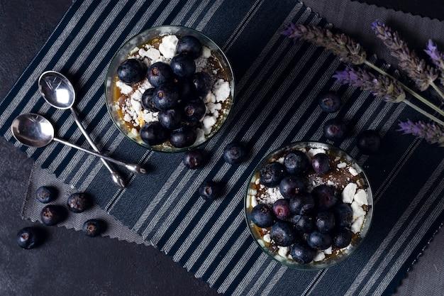 Tazas frescas de la vista superior con mousse de chocolate Foto gratis