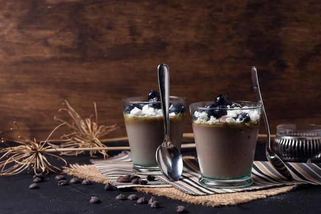 Tazas de mousse de chocolate con cucharas Foto Premium