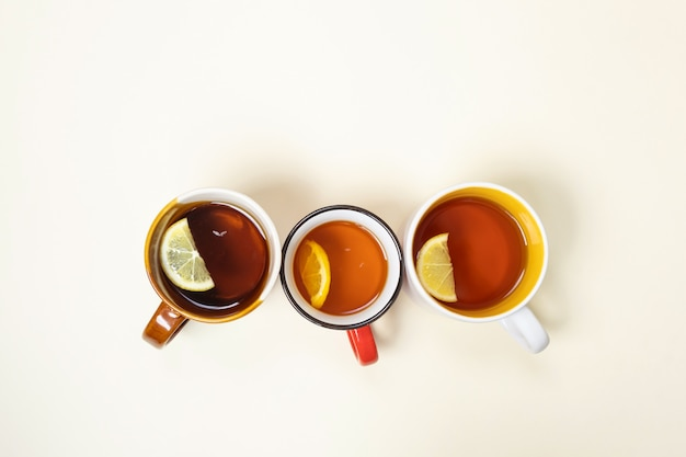 Tazas con té con limón sobre un fondo beige. Foto Premium