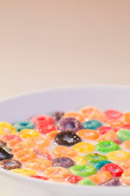 Tazón alto ángulo con leche y cereales Foto gratis