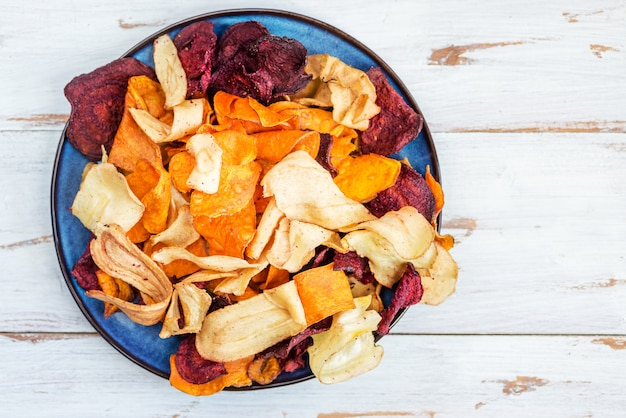 Tazón de aperitivo saludable de chips de vegetales, patatas fritas Foto Premium