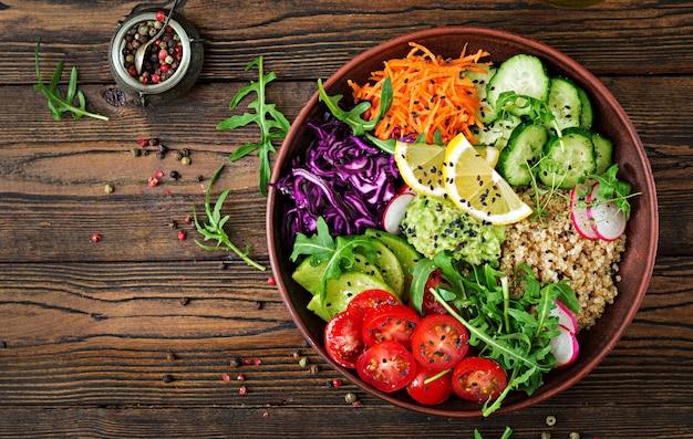 Tazón de buda vegetariano con quinua y verduras frescas. concepto de comida saludable. ensalada vegana vista superior. lay flat Foto Premium
