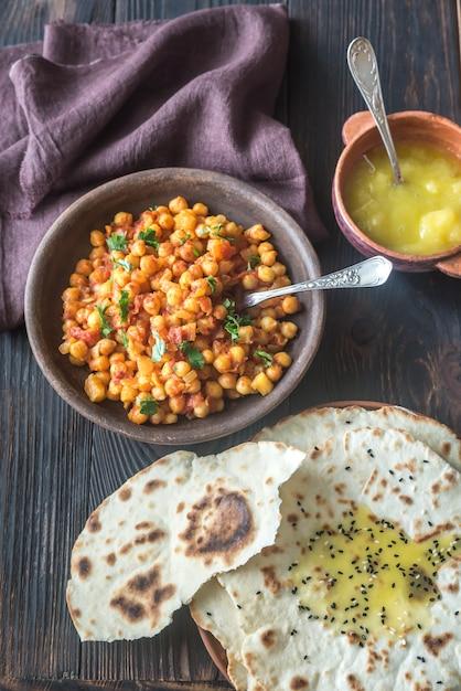 Tazón de chana masala con pan plano Foto Premium
