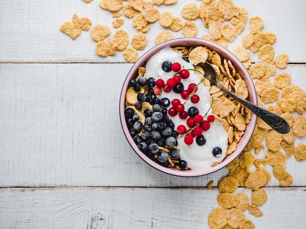 Tazón de desayuno saludable, cereales, yogur y bayas Foto Premium