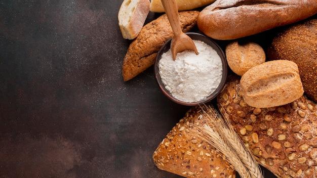 Tazón con flores y variedad de pan Foto gratis