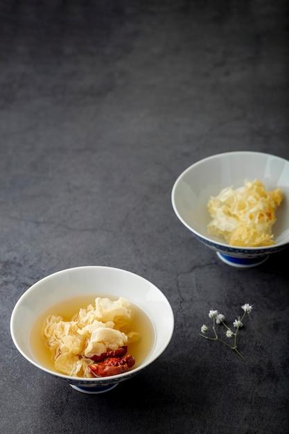Tazón de sopa blanca sobre un fondo gris Foto gratis