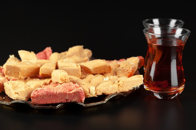 Tazón con trozos de delicias turcas lokum y té negro Foto Premium