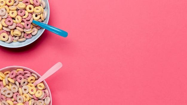Tazones y cucharas de cereales con copia espacio de fondo Foto gratis